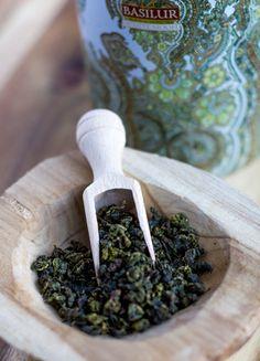 White Moon thee van Basilur vermengd groene thee & melk oolong met elkaar. Dit zorgt voor een rijke & romige smaak. White Moon is te koop op hisorher.nl.