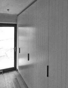 Albedor Face Line doors created by nosivia living. Face Lines, Seafarer, Decorative Panels, Kitchen Doors, Kitchen Styling, Newport, Kitchen Design, Garage Doors, Country