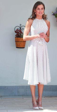 Vestido de lunares Estilo Resort, Queen Letizia, Fashion Dresses, Summer Dresses, Black And White, Outfits, Formal, Style, Templates