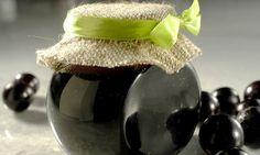 Coloque as frutas em uma vasilha e amasse com as mãos, mantendo cascas e caroços. Deixe a mistura no fogo por 15 minutos e mexa com uma colher de pau. Retire do fogo e coe a pasta numa peneira plás…