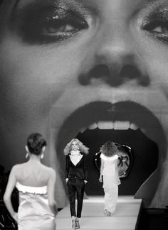 Doir models walking in & out of Shalom Harlow mouth?