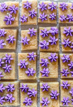 Looking for the perfect Lemon and Lavender Recipe? These lemon blondie bars with lavender are the perfect light sweet treat for your Easter holiday or Sunday brunch. Yummy Treats, Sweet Treats, My Favorite Food, Favorite Recipes, Blondie Bar, Lavender Recipes, Easter Holidays, Savory Snacks, New Recipes