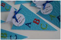 Einladungen zur Einschulung, gestaltet als Schultüte mit bunten Buchstaben versehen.  Die Farbe der Einladungen, sowie der Buchstaben ist frei wählbar.  Die Beschriftung auf dem Anhänger kann...