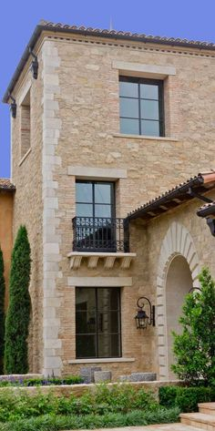 Tuscan design – Mediterranean Home Decor Tuscan Style Homes, Mediterranean Style Homes, Tuscan House, Mediterranean Garden, Rustic Exterior, Exterior Design, Exterior Homes, Style At Home, Mediterranean Architecture