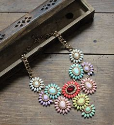 """Collier """" Fleur """" en métal doré, orné de cabochons multicolores. - Tendance Girl"""