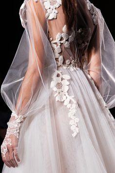 Abito da sposa molto romantico con dettagli di pizzo.. Bellissimo! Lovely wedding dress with embroidered detail
