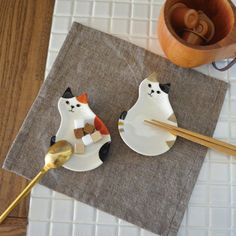 You're cooking your favorite pot of soup and you want to rest your ladle spoon for a second to chop up more ingredients, but have no where to put it… Place it on the adorable Cat Rest Plate from DECOLE Japan and keeps your hands free! This cute plate can be useful to place small treats for the kids, or for use as a utensil rest plate. The rounded cat design is sure to tickle your buttons!