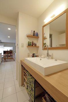 木製の天板にシンクを組み合わせたオリジナル洗面台。下はオープンですっきりと。【リノベ暮らしな人々24】
