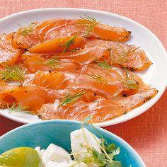 Frischer Lachs, der mit Salz und Gewürzen roh mariniert wird, heißt in Schweden Gravad Lax, vergrabener Lachs, weil er früher im kalten Boden gelagert...
