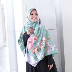 Sebelum tidur... jangan lupa baca Surah Al-Mulk...  . . Dannn.... sebelum tidur... Satin Floria tumpang lalu.....  . . . . Material BEST... Sangat senang bentuk...  . . . RM16 shj awak...  . . . . _______ Untuk order : . 1. www.hijabgaleria.my ( mudah sangat !! Ada no whatsapp disediakan untuk awak hantar bukti pembayaran... ) . 2. PM inbox Facebook Hijab Galeria...  . 3. Order dengan DS rasmi Hijab Galeria.. . 4. Jemput datang Butik HG Penang dan Bangi Sentral.... [ 10pagi - 6p...