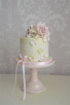 A gorgeous way to display a single tier wedding cake