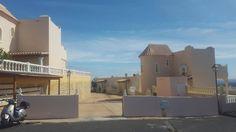 Venta duplex en Caleta de Fuste, Fuerteventura. Vivienda en venta Urbanizacion Montaña Blanca Club. Hay 2 tipologias las que estan dentro de la Urbanizacion Montaña Blanca Club y la que dan hacia el exterior. Las de dentro de la urbanizacion son solo de una planta y las de fuera de 2 plantas tipo duplex. se distribuyen en amplia terraza con jardin a la entrada, salon comedor amplio y luminoso, 2 dormitorios grandes exteriores, y un baño con plato de ducha. Las viviendas exteriores tipo…