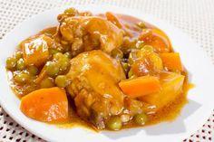 Preparando un pollo en salsa con patatas nunca fallarás a la hora de servir un plato principal para tus invitados. La mezcla de los ingredientes da como re