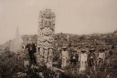 Una de las estelas mayas ubicadas en el parque arqueológico