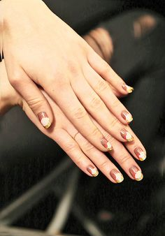 Layers spills of similar shades and a gold tip for a sand art inspired manicure.