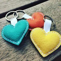 Felt Crafts Diy, Felt Diy, Diy Crafts To Sell, Sewing Crafts, Sewing Projects, Crafts For Kids, Felt Keychain, Craft Stalls, Heart Crafts