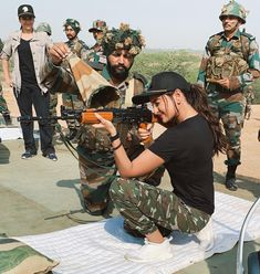 Sonakshi Sinha spends time with the Indian army Army Women Quotes, Indian Army Quotes, Army Couple Pictures, Indian Army Special Forces, Indian Army Wallpapers, Army Pics, Bollywood Movie Reviews, Army Girlfriend, Pakistan Army