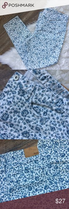 NWOT Madewell Floral Skinny Jeans Madewell skinny ankle blue floral jeans. Size 31. White denim with blue floral pattern.  New without tags. Madewell Jeans Ankle & Cropped