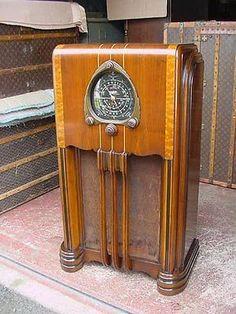 Vintage Fans, Retro Vintage, Shock And Awe, Retro Radios, Old Time Radio, Timber Wood, Art Deco Era, Cool Tones, Tv On The Radio