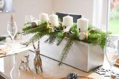 Pflanzkasten FLOBO in Silber mit Tannenzweigen und Kerzen dekoriert. Schöne Tischdeko. #Blumenkasten #Weihnachtsdeko