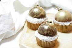 Ich weiß nicht wie es euch geht aber für mich ist Weihnachten die schönste Zeit des Jahres und beim Backen bin ich hier immer besonders kreativ!🙈 Die Muffins haben einen super saftigen Lebkuchenteig, der mit Kokos-Flocken bestreut ist. (Die Kombination schmeckt super!😋) und oben drauf sitzt eine Schoko-Weihnachtskugel, mit essbaren Goldstaub verziert!😍 Mini Cupcakes, Super, Muffins, Desserts, Food, Gold Spray Paint, Coconut Flakes, Molten Chocolate, Tailgate Desserts