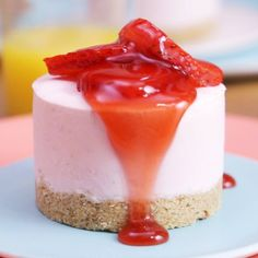 Strawberry ice cream cheesecake Cheesecake glacé aux fraises Light and refreshing, this strawberry iced cheesecake will brighten up your day! Cheesecake Ice Cream, Cheesecake Recipes, Strawberry Cheesecake, Oreo Cheesecake, Easy Desserts, Dessert Recipes, Healthy Desserts, Strawberry Ice Cream, Salty Cake