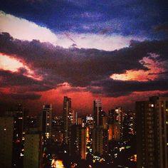 Céu paulistano em um momento de quase-noite e pós-chuva.