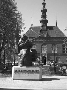 Monument to Hevelius in front of the Town Hall in Gdansk. The statue shows him with a quadrant and alidade which he used to measure star positions when he observed. (Image: Januszajtis, Andrzej) http://www.bellaonline.com/articles/art179513.asp