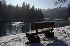 Romantisch: Bank an der Isar Nähe Baierbrunn im Winter...