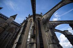 Mosteiro da Batalha, o perfeito incompleto que nos pôs ao nível da Europa | Reportagem | PÚBLICO Portugal, Brooklyn Bridge, Places To Travel, Santa Maria, Medieval, Nova, Travel, Monuments, Europe