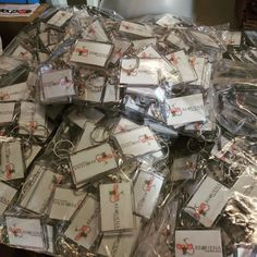 Chapea | Llaveros personalizados al por mayor #Llaveros #Chapea Gift Wrapping, Gifts, Personalised Keyrings, Magnets, Mugs, Gift Wrapping Paper, Presents, Wrapping Gifts, Favors