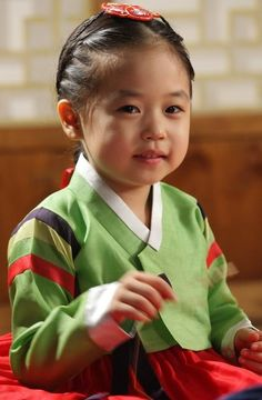 Korean kid wearing a hanbok.. she kind of reminds me Saet Byul from 14 Days.. *-*... no wait thats her!