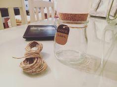 ¡Feliz día de la #hispanidad! 🇪🇸  Empleamos la mañana en la lectura 📖 y el crafting ⚒  Que tengáis un buen #12Oct 🎉  #plantaaerea #amor #recipiente #corcho #cuerda #libroelectronico  Today is #laborday in #Spain  We spend it doing what we love, #reading 📖 and #crafting ⚒  Do what you #love, love what you do #airplant #vintage #glass #ebook #natural #rope #relax