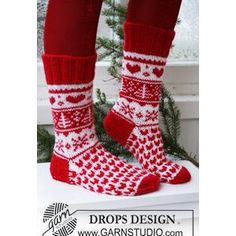 I love these socks! So festive! FREE sock knitting pattern from Drops Design.