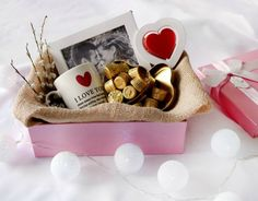Regalo de San Valentín: ¿qué tal si armamos un kit con taza, marco, té . Kinds Of Salad, Healthy Options, Gift Baskets, Diy Gifts, Diy And Crafts, Valentines Day, Presents, The Incredibles, Creative