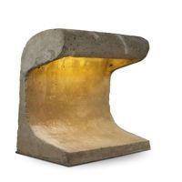 Charles - Edouard JEANNERET dit LE CORBUSIER (1887 - 1965)   Borne d'éclairage - 1954   Structure monobloc en béton armé brut, système d'éclairage dissimulé dans la partie supérieure, trappe de visite en fonte s'ouvrant au dos sur le boitier de dérivation éléctrique   h: 86 w: 86 d: 56,50 cm