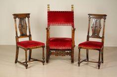 Trono con cartella intagliata e fiamme dorate. (125x64x57) Sedie con schienale intagliato. (110x43x52) Imbottiti.