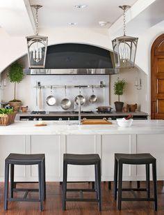 A thick squared-off edge modernizes the center island. - Traditional Home ®/ Photo: John Bessler / Design: Jim Dove