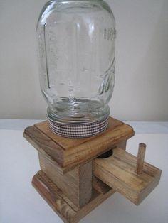 Este dispensador del caramelo es sócalo de pino macizo de 3/4 de pulgada con bordes decorativos routered. El frasco es atornillado sobre la
