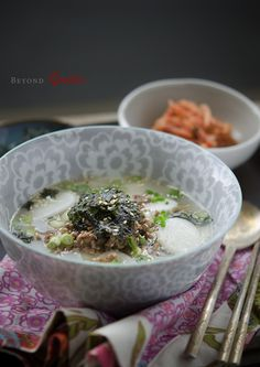 Very quick and easy Korean rice cake soup (tteokgook, 떡국) with beef.