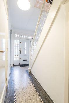 Jaren30woningen.nl | Prachtige hal met #terrazzo vloer in een #jaren30 woning