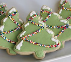 Sprinkle-y Snowy Christmas Tree Sugar Cookies - So simple, just green and white icing! Christmas Tree Biscuits, Snowy Christmas Tree, Frosted Christmas Tree, Pretty Christmas Trees, Christmas Tree Cookies, Christmas Goodies, Holiday Cookies, Christmas Desserts, Christmas Treats