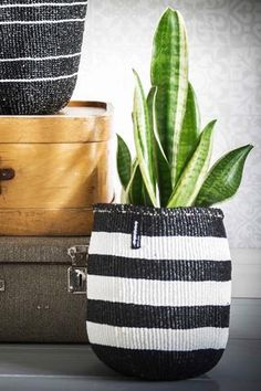Mifuko´s Kiondo baskets and bags are a sophisticated and fun blend of traditional Kenyan craftsmanship and contemporary Scandinavian design. Easy-to-maintain, durable and versatile - the Kiondos will be happy to help you keep your home organized and will make fabulous companions at the beach or out and about town.