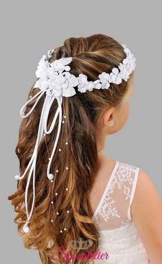 15 Amazing Flower girl hairstyles for wedding you need to try . Wedding Hairstyles For Girls, Flower Girl Hairstyles, Little Girl Hairstyles, Headband Hairstyles, Toddler Hairstyles, Communion Hairstyles, Girls Communion Dresses, Girl Hair Dos, First Communion