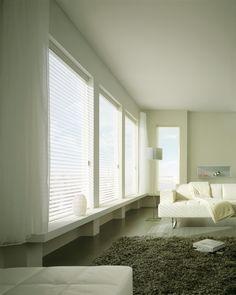 Las cortinas Silhouette® son un producto de alta calidad y diseño de vanguardia, que combina la suavidad y transparencia de una cortina con la funcionalidad de una persiana, ideales para cualquier ambiente y estilo otorgando una apariencia elegante y sofisticada. Sus suaves láminas de tela, semi-traslúcida y semi-opaca, están suspendidas entre dos velos traslúcidos que permiten graduar la entrada de luz, asociando la transparencia al control de la privacidad.
