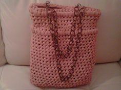 borsa a secchiello con manici in catena realizzata con filato in lycra colo cipria