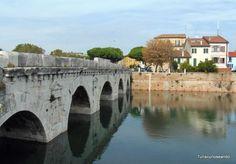 TURISCUREOSEANDO: Rímini, la ciudad de Federico Fellini. Puente de Tiberio, y el barrio de San Giuliano al fondo.