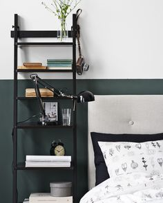 HJÄLMAREN vägghylla, här istället för sängbord. FORSÅ arbetslampa. Stylist Hans Blomquist.