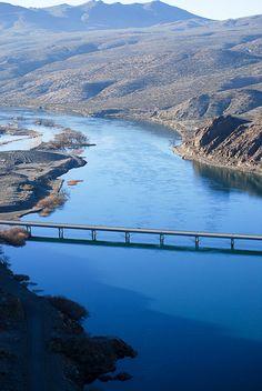 Puente sobre el Río Limay, aguas abajo de la represa Piedra del Águila. Argentina