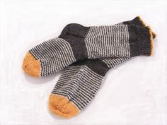 Knitting Patterns Socks the house: Meanwhile Knitting Blogs, Knitting Charts, Knitting Socks, Knitting Projects, Hand Knitting, Knitting Patterns, Knit Socks, Knitted Slippers, Knitted Hats